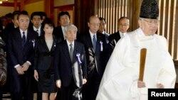 23일 일본 여야 의원들이 단체로 야스쿠니 신사를 참배했다. 왼쪽부터 히라누마 타케오, 타카이치 사나에, 오츠지 히데히사 의원.