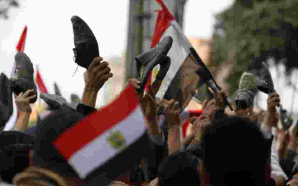 Las banderas triunfales toman las calles tras el relevo de poder.