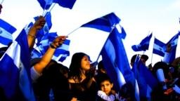 Los centroamericanos celebran este 15 de septiembre el bicentenario de la independencia de España; no obstante, la región enfrente importantes retos de cara al futuro. En imagen comunidades en Estados Unidos también festejan. (Foto VOA / Tomás Guevara)
