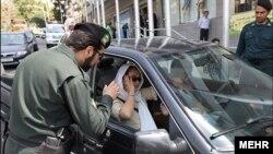 عکس آرشیوی از نظارت پلیس بر حجاب سرنشینان خودروها