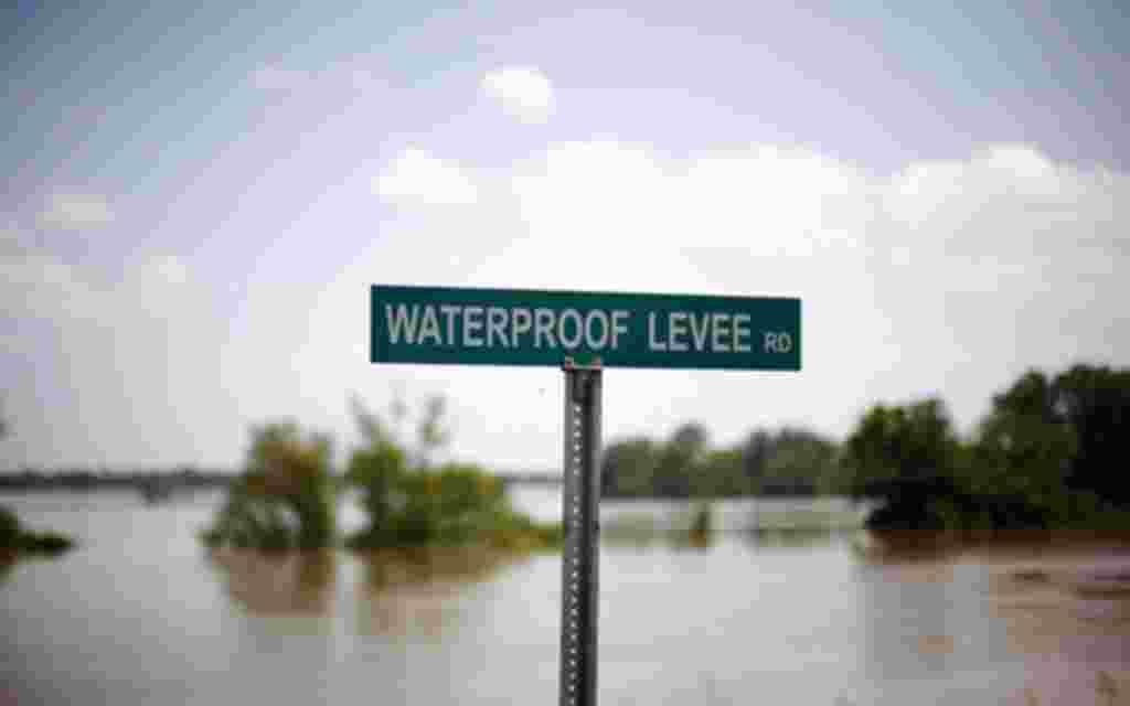 La señal indica un dique que frena el río Mississippi,inundado por el agua, Luisiana 12 de mayo de 2011.