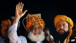 جمعیت علمائے اسلام کے رہنما مولانا فضل الرحمن اسلام آباد میں آزادی مارچ کے اجتماع سے خطاب کر رہے ہیں۔