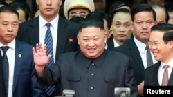 Ông Kim Jong Un vẫy chào sau khi tới ga Đồng Đăng ở Lạng Sơn hôm 26/2. Ngoài cùng bên phải là Ủy viên Bộ Chính trị, Trưởng Ban Tuyên giáo Trung ương Võ Văn Thưởng.