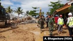 Para anggota TNI memeriksa kerusakan pasca bencana tsunami di Pandeglang, provinsi Banten (24/12).