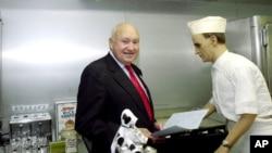 지난 2001년 '칙필레이(Chick-fil-A)' 창립자 S. 트루엣 캐시에 회장이 처음으로 시작한 식당 '드와프그릴(Dwarf Grill)'의 모습을 복원한 장소에서 포즈를 취하고 있다.