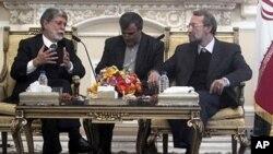 회담하는 브라질의 아모링 외무장관(우)과 라리자니 이란 국회의장