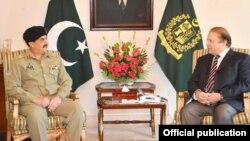 Thủ tướng Pakistan Muhammad Nawaz Sharif (phải) tiếp và Tướng Raheel Sharif (trái) tại dinh Thủ tướng ở Islamabad, Pakistan 27/11/13