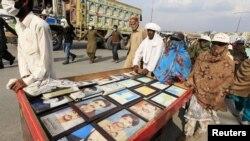 لاپتا افراد کے اہل خانہ اپنے عزیزوں کی تصاویر کے ہمراہ