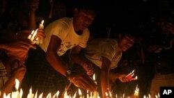 Người biểu tình thắp nến trong một buổi cầu nguyện tại chùa Sule ở Rangoon, Miến Điện, ngày 23/5/2012