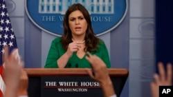 새라 허커비 샌더스 미국 백악관 대변인이 27일 정례브리핑에서 기자들의 질문에 답하고 있다.