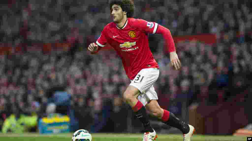 Marouane Fellani pega a bola durante a partida inicial de seu time, Manchester United, na Premier League.