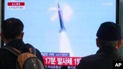 Građani Seula gledaju TV prenos severnokorejskog lansiranja rakete, Južna Koreja 4. mart 2014.
