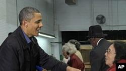 奧巴馬總統於感恩節前夕到華盛頓糧食銀行做義工