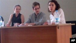 12일 모스크바 공항에서 인권단체 그리고 위키리크스 관계자와 함께 기자회견을 하는 에드워드 스노든 (자료사진)