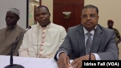 Le Premier ministre Nicolas Tiangaye parle à la presse à Bangui, en compagnie d'un Imam et de l'Archevêque de Bangui (24 déc. 2013)