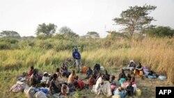 Kundi la wakimbizi kutoka Sudan Kusini baada ya kufika kwenye kambi moja nchini DRC kutorokea mapigano mjini Lasu. Wanaonekana hapa karibu na mji wa Aba, Dec. 23, 2017.