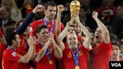 Juara Piala Dunia 2010 Spanyol menempati posisi puncak dalam daftar peringkat FIFA yang diumumkan hari Rabu. Belanda berada di tempat kedua, diikuti Brazil di posisi ketiga.