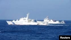 Kapal pengintai Angkatan Laut Tiongkok (kanan) berpapasan dengan kapal penjaga pantai Jepang dekat kepulauan Senkaku yang dipersengketakan (4/2).