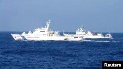 Tàu hải giám Haijian 51 của Trung Quốc (phải) chạy cạnh tàu tuần duyên Akaishi của Nhật gần nhóm đảo đang tranh chấp 4/2/13