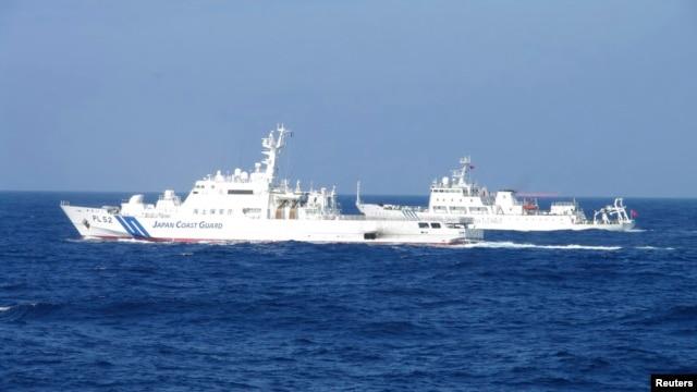 Tàu hải giám số 51 của Trung Quốc chạy sát tàu tuần tra Nhật Bản gần các đảo đang tranh chấp Senkaku/Điếu Ngư.