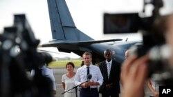 Prezidan fransè a, Emmanuel Macron, ki tap pale a media apre li te vin rive nan Pointe-a-Pitre, zile Guadeloupe 12 septanm 2017.