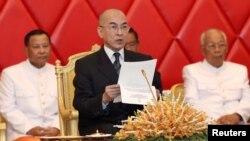 Quốc Vương Campuchia Norodom Sihamoni đọc một tài liệu khi đến dự một buổi họp tại Thượng viện với