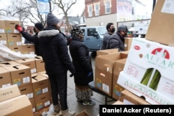 Kotak makanan didistribusikan di Chicago, Illinois, A.S. 16 Maret 2021. (Foto: REUTERS/Daniel Acker)