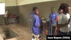 Des apprenties dans l'atelier à Ouagadougou, au Burkina Faso, le 3 octobre 2018. (VOA/Issa Napon)