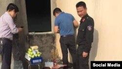 Thắp hương tại giếng trời nhà cụ Lê Đình Kình. Photo Facebook Ngô Duy Quyền