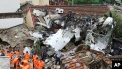 救援人員在澎湖島墜機現場檢查飛機殘骸