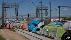 حدود ۲۰۰۰ پناهجو خط آهن را در ایدومنی مسدود کرده است