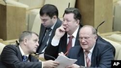 ຜູ້ນຳພັກຄອມມູນິສ ທ່ານ Zyuganov ລົມກັບຜູ້ຮອງຂອງທ່ານ ໃນລະຫວ່າງກອງປະຊຸມສະພາຕໍ່າ Duma ຂອງຣັດເຊຍ ທີ່ກຸງມົສກູ (24 ທັນວາ 2010)