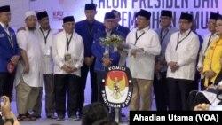 Prabowo Subianto dan Sandiaga Uno didampingi sejumlah pimpinan parpol pendukungnya usai mendaftar ke KPU RI di Jakarta, Jumat, 10 Agustus 2018. (Foto: Ahadian/VOA)