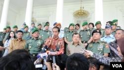 Presiden Jokowi dan Wapres Jusuf Kalla usai bertemu dengan jajaran petinggi TNI di Istana Bogor, Jumat (28/11) (VOA/Andylala)