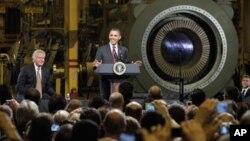 경제 부문에 초점을 맞추기 위한 새해 새로운 노력의 일환으로 21일 뉴욕 주에 있는 제너럴 일렉트릭, GE 공장을 방문한 오바마 대통령이 근로자들 앞에서 연설을 하고있다.