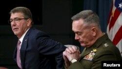美國國防部長卡特(左)和美軍參謀長聯席會議主席鄧福德上將2月29日在五角大樓召集記者會。