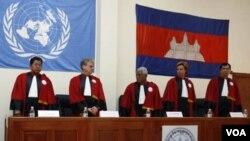 Para hakim dan juri pengadilan kejahatan perang Khmer Merah yang disponsori oleh PBB di Phnom Penh (foto: dok).