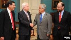 El senador Barrasso a la izquierda y el canciller Moreno a la derecha observan el saludo del senador McCain y el presidente Piñera en el Palacio de la Moneda en Chile.