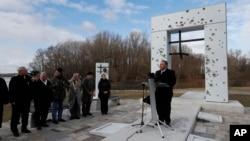"""Держсекретар США Майк Помпео виголошує промову біля меморіалу """"Ворота свободи"""" в Братиславі в лютому 2019 року з нагоди 30-річчя європейських революцій, що повалили комунізм в регіоні"""