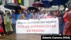 Des journalistent protestent devant la HAC à Conary, Guinée, le 26 août 2019. (VOA/Zakaria Camara)