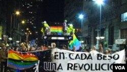 El intendente de Montevideo, Ricardo Ehrlich, y otras autoridades municipales encabezaron la marcha con un cartel.