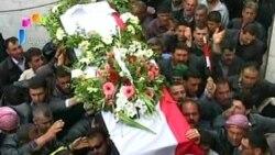 تلویزیون دولتی سوریه صحنه هایی از حمل اجساد دو عضو نیروهای امنیتی توسط عزاداران را نشان داد که گفته می شود توسط «گروه های مسلح» در حمات واقع در شمال دمشق کشته شدند- ۱۰ آوریل ۲۰۱۱