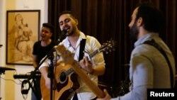 گروپ میں فلسطینی اکاؤنٹنٹ، راجی الجارو گانے کے ساتھ ساتھ گٹار بھی بجاتے ہیں