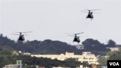 Helikopter AS terbang di atas pangkalan militer Futenma di Ginowan, Pulau Okinawa.