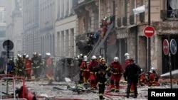 Vatrogasci na mestu eksplozije u pekari, u devetom distriktu Pariza, 12. januar 2019.