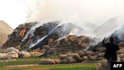 Các bao lúa mì bốc cháy sau cuộc không kích của lực lượng chính phủ Syria vào thị trấn Ras al-Ain gần biên giới với Thổ Nhĩ Kỳ.