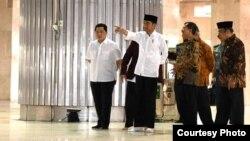 Presiden Joko Widodo didampingi Menteri-Menteri meninjau pembersihan Masjid Istiqlal, Jakarta, Jumat, 13 Maret 2020. (Foto: Biro Setpres)