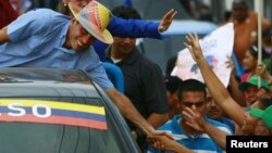 Venezuela's opposition presidential candidate Henrique Capriles (L)