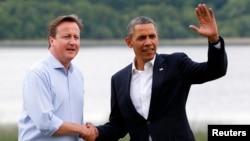 Thủ tướng Anh David Cameron (trái) đón Tổng thống Mỹ Barack Obama tại địa điểm chơi golf Lough Erne, Bắc ireland, ngày 17/6/2013. (REUTERS/Yves Herman)