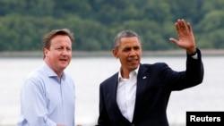 Le Premier ministre britannique David Cameron accueille le président américain Barack Obama à son arrivée à la station de golf Lough Erne où le sommet du G8 se déroule à Enniskillen, Irlande du Nord.